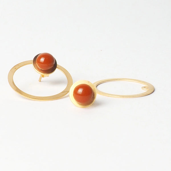 Tris tras Orange earrings from the PIB collection by PLATÓNICA. Gold plated silver and glass. Minimalist jewelry. Contemporary jewelry. Author jewelry. Made in Granada, Andalusia, Spain. Jewelry workshop in the Albaicín. Crafts. Hand-made jewelry. Jewels made from Andalusia. Geometry. Modern and sophisticated style.