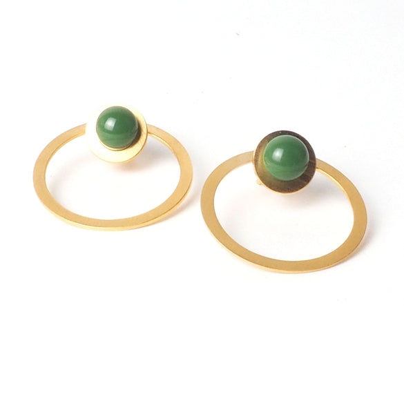 Tris tras verde Verde earrings from the PIB collection by PLATÓNICA. Gold plated silver and glass. Minimalist jewelry. Contemporary jewelry. Author jewelry. Made in Granada, Andalusia, Spain. Jewelry workshop in the Albaicín. Crafts. Hand-made jewelry. Jewels made from Andalusia. Geometry. Modern and sophisticated style.