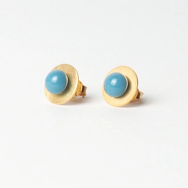 Small Blue Blue Button Earrings from the PIB collection by PLATÓNICA. Gold plated silver and glass. Minimalist jewelry. Contemporary jewelry. Author jewelry. Made in Granada, Andalusia, Spain. Jewelry workshop in the Albaicín. Crafts. Hand-made jewelry. Jewels made from Andalusia. Geometry. Modern and sophisticated style.