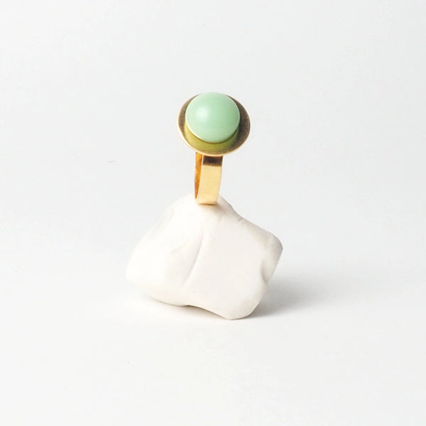 Big Mint button ring from the PIB collection by PLATÓNICA. Gold plated silver and glass. Minimalist jewelry. Contemporary jewelry. Author jewelry. Made in Granada, Andalusia, Spain. Jewelry workshop in the Albaicín. Crafts. Hand-made jewelry. Jewels made from Andalusia. Geometry. Modern and sophisticated style.