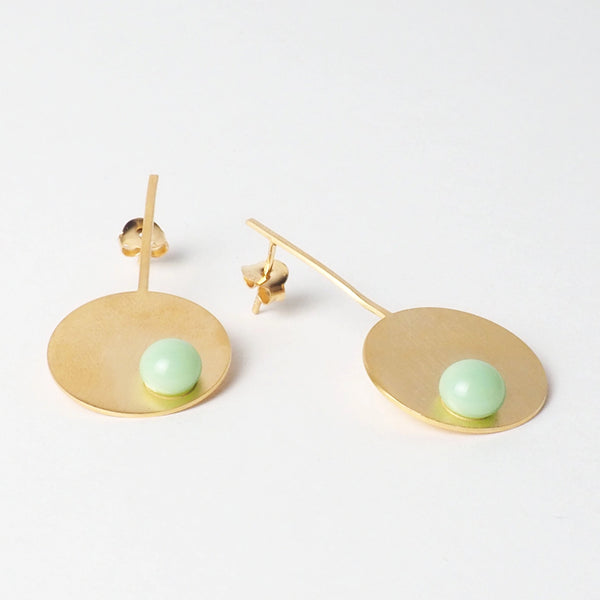 Mint long disc earrings from the PIB collection by PLATÓNICA. Gold plated silver and glass. Minimalist jewelry. Contemporary jewelry. Author jewelry. Made in Granada, Andalusia, Spain. Jewelry workshop in the Albaicín. Crafts. Hand-made jewelry. Jewels made from Andalusia. Geometry. Modern and sophisticated style.
