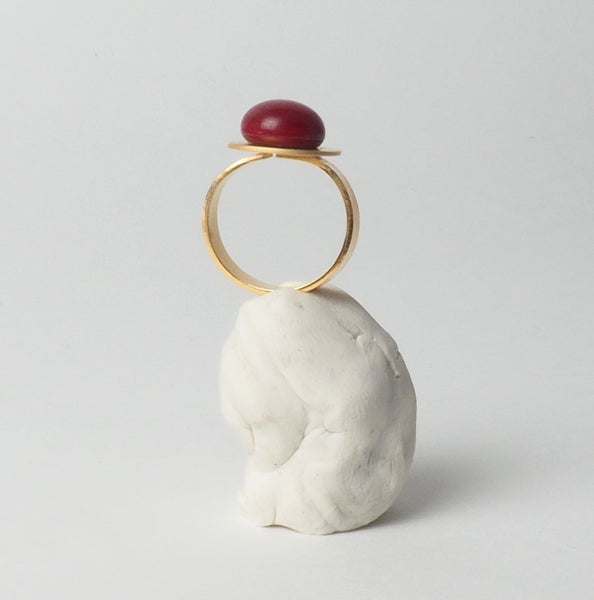 Red large button adjustable ring from the PIB collection by PLATÓNICA. Gold plated silver and glass. Minimalist jewelry. Contemporary jewelry. Author jewelry. Made in Granada, Andalusia, Spain. Jewelry workshop in the Albaicín. Crafts. Hand-made jewelry. Jewels made from Andalusia. Geometry. Modern and sophisticated style.