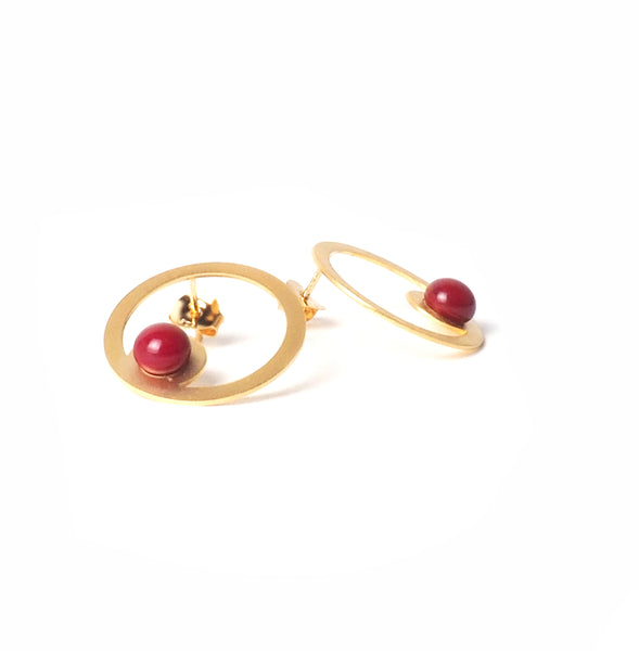 Red hoop earrings from the PIB collection by PLATÓNICA. Gold plated silver and glass. Minimalist jewelry. Contemporary jewelry. Author jewelry. Made in Granada, Andalusia, Spain. Jewelry workshop in the Albaicín. Crafts. Hand-made jewelry. Jewels made of Andalusia. Geometry. Modern and sophisticated style.