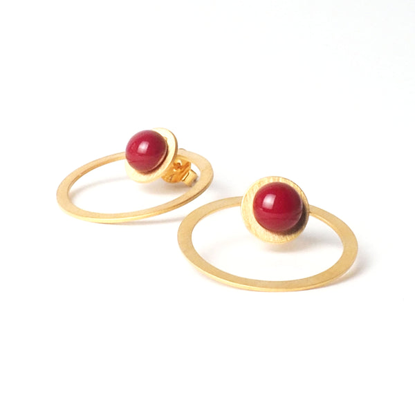 Red tris tras earrings from the PIB collection by PLATÓNICA. Gold plated silver and glass. Minimalist jewelry. Contemporary jewelry. Author jewelry. Made in Granada, Andalusia, Spain. Jewelry workshop in the Albaicín. Crafts. Hand-made jewelry. Jewels made of Andalusia. Geometry. Modern and sophisticated style.