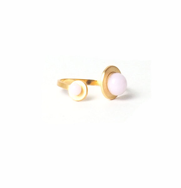 Double pink button ring from the PIB collection by PLATÓNICA. Gold plated silver and glass. Minimalist jewelry. Contemporary jewelry. Author jewelry. Made in Granada, Andalusia, Spain. Jewelry workshop in the Albaicín. Crafts. Hand-made jewelry. Jewels made from Andalusia. Geometry. Modern and sophisticated style.