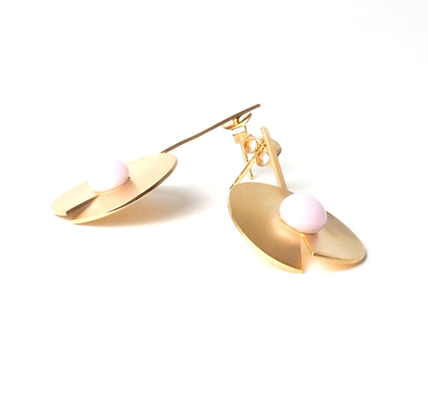Long pink open disc earrings from the PIB collection by PLATÓNICA. Gold plated silver and glass. Minimalist jewelry. Contemporary jewelry. Author jewelry. Made in Granada, Andalusia, Spain. Jewelry workshop in the Albaicín. Crafts. Hand-made jewelry. Jewels made from Andalusia. Geometry. Modern and sophisticated style.