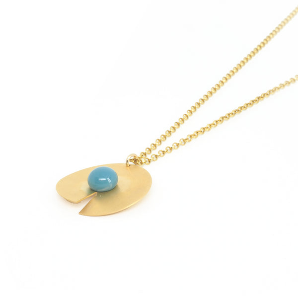 Blue open disc pendant from PLATÓNICA's PIB collection. Gold plated silver and glass. Minimalist jewelry. Contemporary jewelry. Author jewelry. Made in Granada, Andalusia, Spain. Jewelry workshop in the Albaicín. Crafts. Hand-made jewelry. Jewels made from Andalusia. Geometry. Modern and sophisticated style.