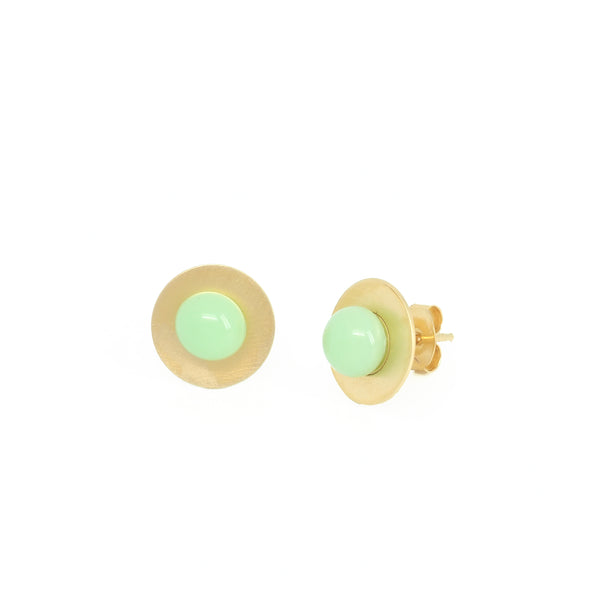 SMALL MINT BUTTON EARRINGS. Mint from the PIB collection of PLATÓNICA. Gold plated silver and glass. Minimalist jewelry. Contemporary jewelry. Author jewelry. Made in Granada, Andalusia, Spain. Jewelry workshop in the Albaicín. Crafts. Hand-made jewelry. Jewels made from Andalusia. Geometry. Modern and sophisticated style.