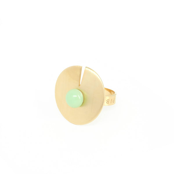 OPEN DISC RING Mint from the PIB collection by PLATÓNICA. Gold plated silver and glass. Minimalist jewelry. Contemporary jewelry. Author jewelry. Made in Granada, Andalusia, Spain. Jewelry workshop in the Albaicín. Crafts. Hand-made jewelry. Jewels made of Andalusia. Geometry. Modern and sophisticated style.