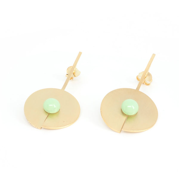 LONG DISC OPEN EARRINGS Mint from the PIB collection by PLATÓNICA. Gold plated silver and glass. Minimalist jewelry. Contemporary jewelry. Author jewelry. Made in Granada, Andalusia, Spain. Jewelry workshop in the Albaicín. Crafts. Hand-made jewelry. Jewels made of Andalusia. Geometry. Modern and sophisticated style.