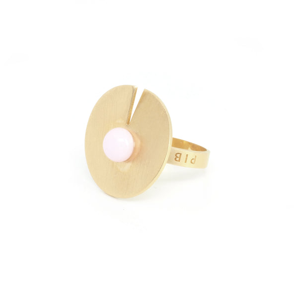 OPEN DISC RING Pink from the PIB collection by PLATÓNICA. Gold plated silver and glass. Minimalist jewelry. Contemporary jewelry. Author jewelry. Made in Granada, Andalusia, Spain. Jewelry workshop in the Albaicín. Crafts. Hand-made jewelry. Jewels made from Andalusia. Geometry. Modern and sophisticated style.