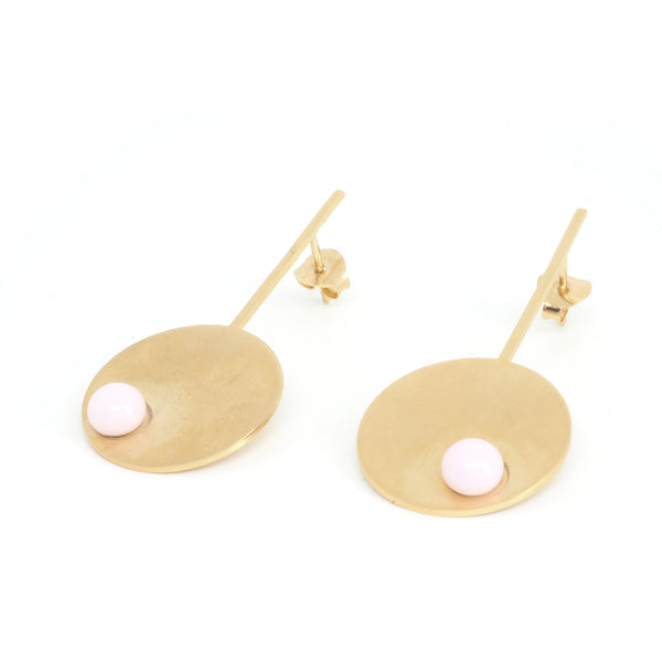 Long pink disc earrings from the PIB collection by PLATÓNICA. Gold plated silver and glass. Minimalist jewelry. Contemporary jewelry. Author jewelry. Made in Granada, Andalusia, Spain. Jewelry workshop in the Albaicín. Crafts. Hand-made jewelry. Jewels made from Andalusia. Geometry. Modern and sophisticated style.