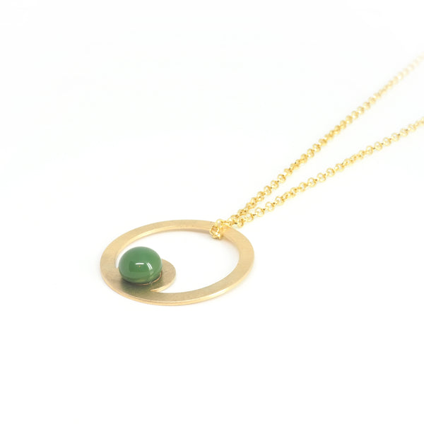PENDANT ARO Verde from the PIB collection by PLATÓNICA. Gold plated silver and glass. Minimalist jewelry. Contemporary jewelry. Author jewelry. Made in Granada, Andalusia, Spain. Jewelry workshop in the Albaicín. Crafts. Hand-made jewelry. Jewels made from Andalusia. Geometry. Modern and sophisticated style.