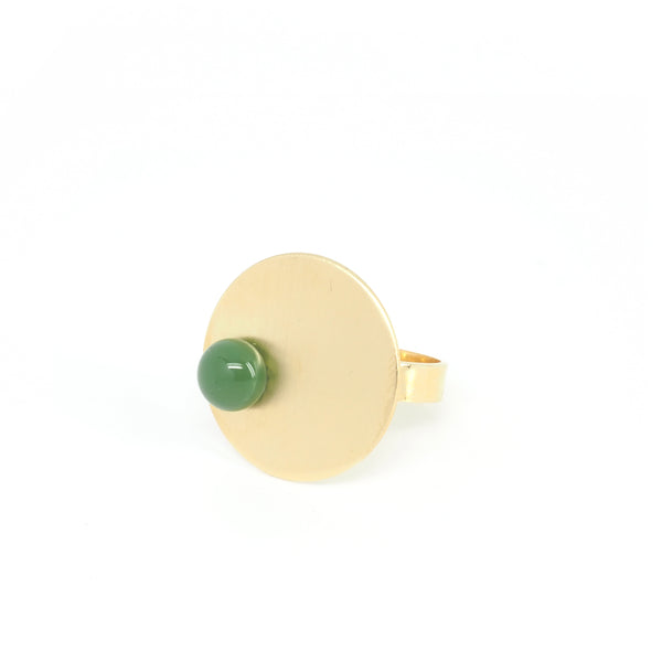 DISCO Green RING from the PIB collection by PLATÓNICA. Gold plated silver and glass. Minimalist jewelry. Contemporary jewelry. Author jewelry. Made in Granada, Andalusia, Spain. Jewelry workshop in the Albaicín. Crafts. Hand-made jewelry. Jewels made from Andalusia. Geometry. Modern and sophisticated style.