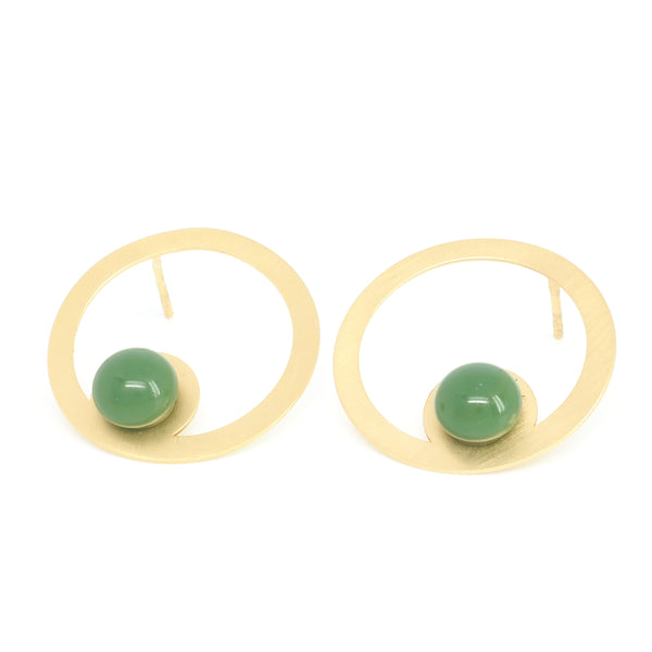 Green HOOP EARRINGS from the PIB collection by PLATÓNICA. Gold plated silver and glass. Minimalist jewelry. Contemporary jewelry. Author jewelry. Made in Granada, Andalusia, Spain. Jewelry workshop in the Albaicín. Crafts. Hand-made jewelry. Jewels made from Andalusia. Geometry. Modern and sophisticated style.