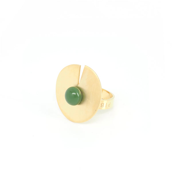 OPEN DISC RING Green from the PIB collection by PLATÓNICA. Gold plated silver and glass. Minimalist jewelry. Contemporary jewelry. Author jewelry. Made in Granada, Andalusia, Spain. Jewelry workshop in the Albaicín. Crafts. Hand-made jewelry. Jewels made from Andalusia. Geometry. Modern and sophisticated style.