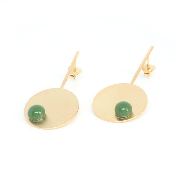 LONG DISC EARRINGS GREEN Green from the PIB collection by PLATÓNICA. Gold plated silver and glass. Minimalist jewelry. Contemporary jewelry. Author jewelry. Made in Granada, Andalusia, Spain. Jewelry workshop in the Albaicín. Crafts. Hand-made jewelry. Jewels made from Andalusia. Geometry. Modern and sophisticated style.