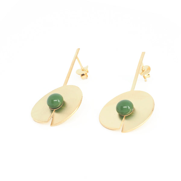 LONG OPEN DISC EARRINGS Green from the PIB collection by PLATÓNICA. Gold plated silver and glass. Minimalist jewelry. Contemporary jewelry. Author jewelry. Made in Granada, Andalusia, Spain. Jewelry workshop in the Albaicín. Crafts. Hand-made jewelry. Jewels made from Andalusia. Geometry. Modern and sophisticated style.