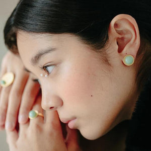 Mint large button earrings from the PIB collection by PLATÓNICA. Gold plated silver and glass. Minimalist jewelry. Contemporary jewelry. Author jewelry. Made in Granada, Andalusia, Spain. Jewelry workshop in the Albaicín. Crafts. Hand-made jewelry. Jewels made from Andalusia. Geometry. Modern and sophisticated style.