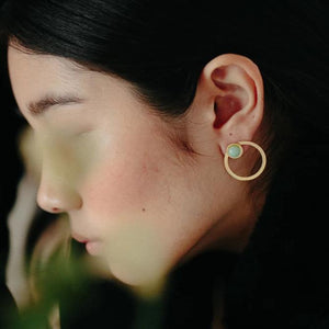 Tris tras Mint earrings from the PIB collection by PLATÓNICA. Gold plated silver and glass. Minimalist jewelry. Contemporary jewelry. Author jewelry. Made in Granada, Andalusia, Spain. Jewelry workshop in the Albaicín. Crafts. Hand-made jewelry. Jewels made from Andalusia. Geometry. Modern and sophisticated style.
