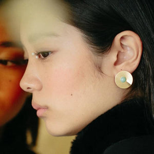 Mint open disc earrings from the PIB collection by PLATÓNICA. Gold plated silver and glass. Minimalist jewelry. Contemporary jewelry. Author jewelry. Made in Granada, Andalusia, Spain. Jewelry workshop in the Albaicín. Crafts. Hand-made jewelry. Jewels made of Andalusia. Geometry. Modern and sophisticated style.