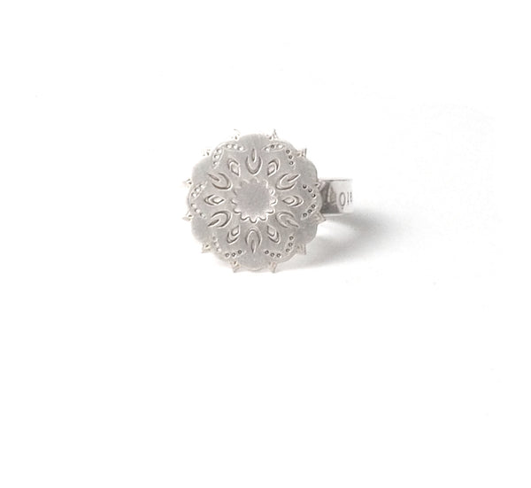 Small dream ring Oriental collection by PLATÓNICA. Sterling silver, 925 silver. Exotic-inspired earrings, pendants and rings. Bohochic, exotic and minimalist style. Jewelry handcrafted in our Albaicín workshop. Granada crafts. Jewelry with mandalas. Andalusian jewels. Jewelry made in Spain.