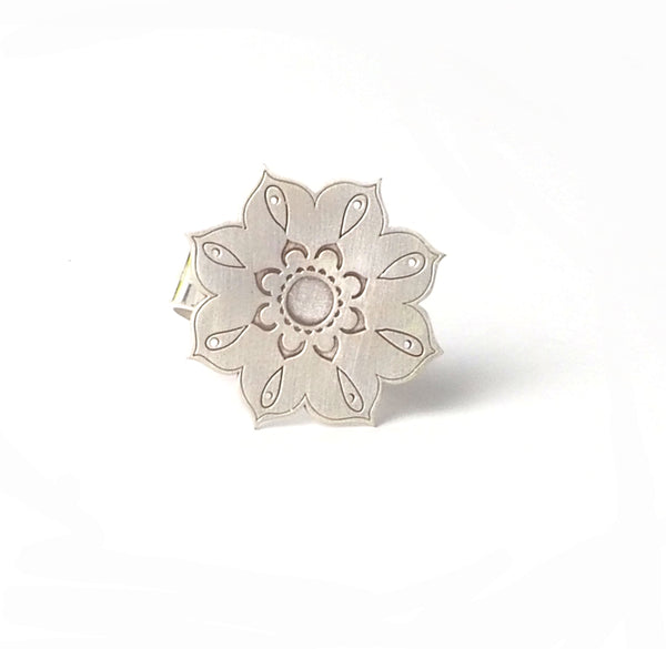 Large flower ring from the oriental Collection of PLATÓNICA. Sterling silver, 925 silver. Exotic-inspired earrings, pendants and rings. Bohochic, exotic and minimalist style. Jewelry handcrafted in our Albaicín workshop. Granada crafts. Jewelry with mandalas. Andalusian jewels. Jewelry made in Spain.