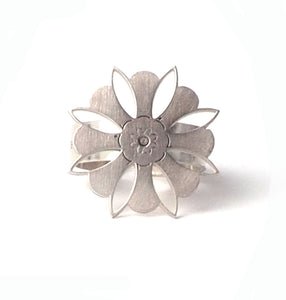 Large petal ring from the oriental Collection of PLATÓNICA. Sterling silver, 925 silver. Exotic-inspired earrings, pendants and rings. Bohochic, exotic and minimalist style. Jewels made by hand in our workshop in Albaicín. Granada crafts. Jewelry with mandalas. Andalusian jewels. Jewelry made in Spain.