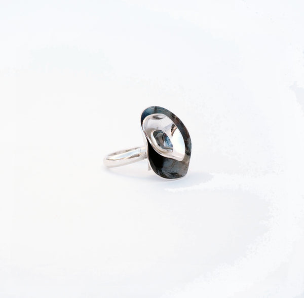 Large ring from the PLATONIC Collection, pendants, earrings and rings with delicate and organic shapes. 925 silver or sterling silver with matte, gloss and black silver finish. Silver oxidation. Flower shape. Artesanía de Granada, contemporary jewelery of the author made in Andalusia, Spain. Chic and minimalist jewelry.