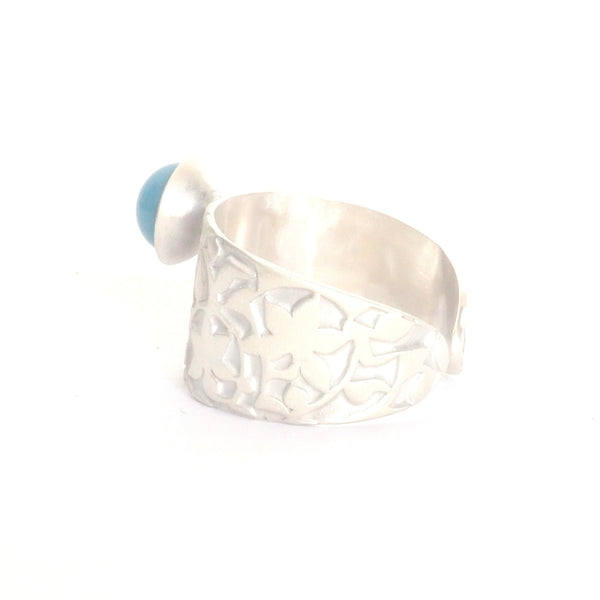 Adjustable ring detail Palacios Nazaríes Azul inspired by the mural decoration of the Alhambra, Granada. Signature jewelery based on the ataurique plasterwork of Andalusian architecture. Contemporary sterling silver and glass jewelry. Ethnic and sophisticated style. Made in Spain. Local crafts.