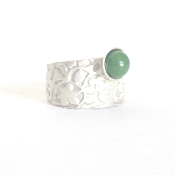 Adjustable ring detail Palacios Nazaríes Verde inspired by the mural decoration of the Alhambra, Granada. Signature jewelery based on the ataurique plasterwork of Andalusian architecture. Contemporary sterling silver and glass jewelry. Ethnic and sophisticated style. Made in Spain. Local crafts.