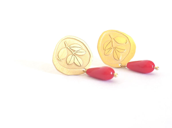 Gold plated sterling silver and reconstituted coral stud earrings. Current and modern flamenco earrings. Contemporary signature jewelry inspired by traditional flamenco fashion. Granada crafts. Jewels made from Andalusia. Earrings inspired by the botany of the Alhambra and Granada.
