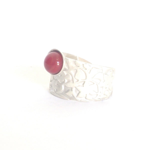 Red Nasrid Palaces adjustable ring detail inspired by the wall decoration of the Alhambra, Granada. Signature jewelery based on the ataurique plasterwork of Andalusian architecture. Contemporary sterling silver and glass jewelry. Ethnic and sophisticated style. Made in Spain. Local crafts.