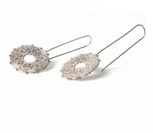 Long dream hook earring from the oriental Collection of PLATÓNICA. Sterling silver, 925 silver. Exotic-inspired earrings, pendants and rings. Bohochic, exotic and minimalist style. Jewelry handcrafted in our Albaicín workshop. Granada crafts. Jewelry with mandalas. Andalusian jewels. Jewelry made in Spain.