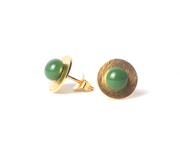 Small Green button earrings from the PIB collection by PLATÓNICA. Gold plated silver and glass. Minimalist jewelry. Contemporary jewelry. Author jewelry. Made in Granada, Andalusia, Spain. Jewelry workshop in the Albaicín. Crafts. Hand-made jewelry. Jewels made from Andalusia. Geometry. Modern and sophisticated style.