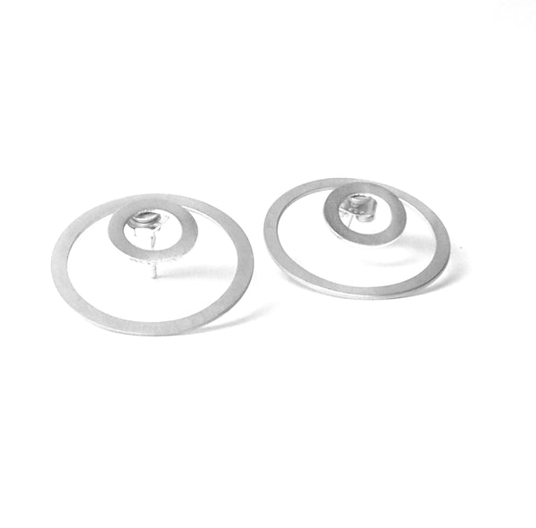 CIRCLE TRIS TRAS SILVER EARRINGS. PLATONICA. EARRINGS WITH THREE POSITIONS. MINIMALIST JEWELS, CONTEMPORARY AUTHOR MADE IN AN ARTISANAL WAY IN EL ALBAICÍN, GRANADA, SPAIN. SIMPLE AND GEOMETRIC EARRINGS.