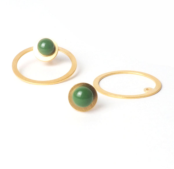 Tris tras Verde earrings from the PIB collection by PLATÓNICA. Gold plated silver and glass. Minimalist jewelry. Contemporary jewelry. Author jewelry. Made in Granada, Andalusia, Spain. Jewelry workshop in the Albaicín. Crafts. Hand-made jewelry. Jewels made from Andalusia. Geometry. Modern and sophisticated style.
