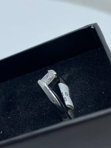 18ct White Gold & Princess Cut Diamond - HJ013