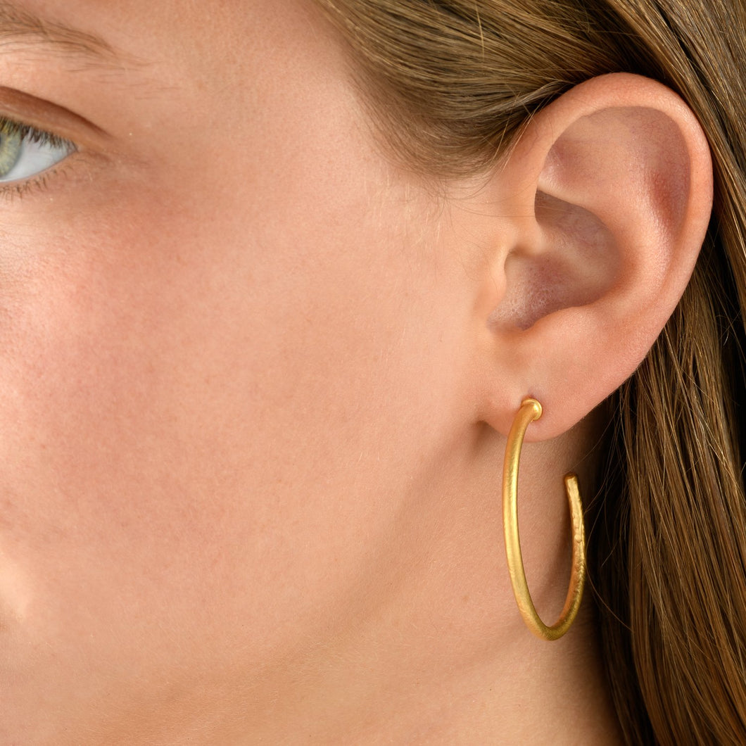 6328 - 14kt yellow hammered texture hoop earring