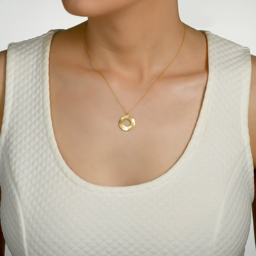 6673 - 14kt yellow brushed gold open circle diamond necklace