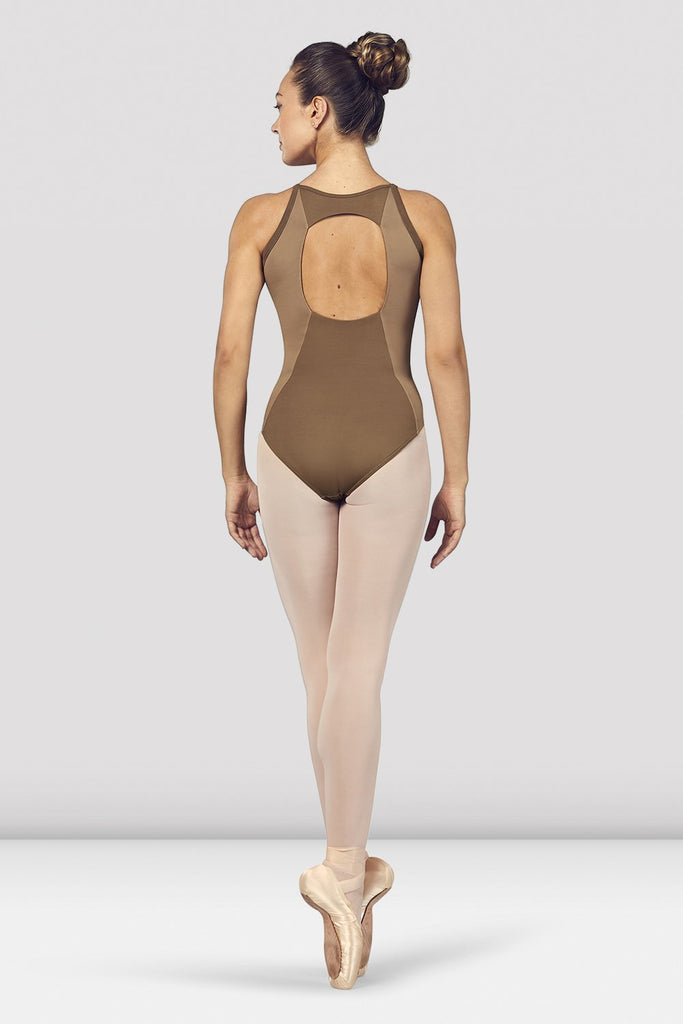Praline Bloch Ladies Naila Scoop Neck Open Back Camisole Leotard on female model en pointe in fifth position facing back