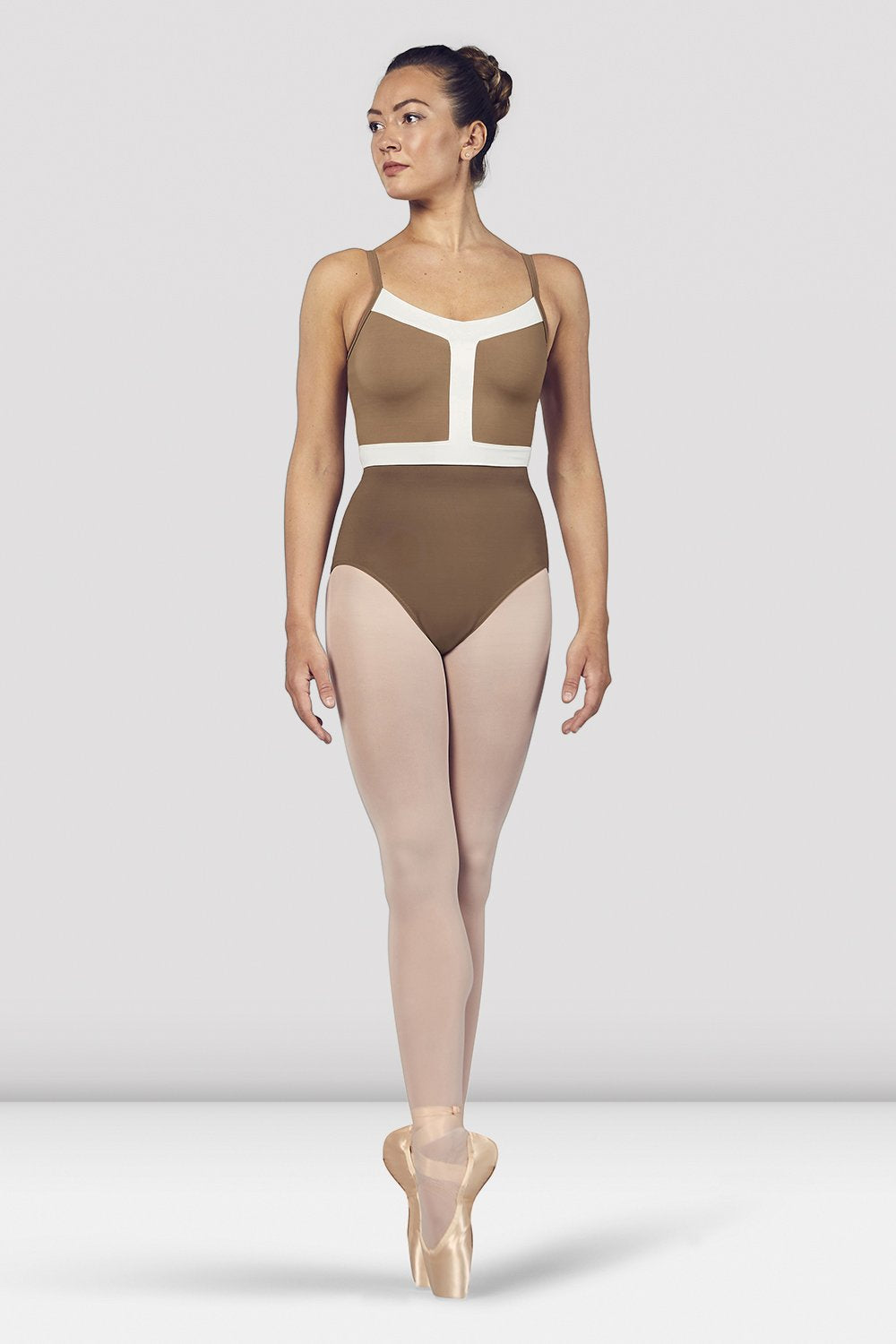 Praline Bloch Ladies Amora Camisole Leotard on female model en pointe in fifth position