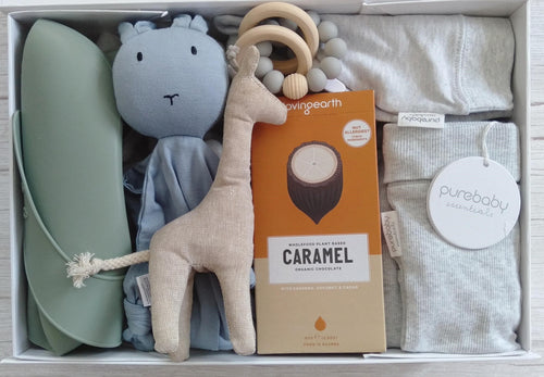 BABY SHOWER GIFT BOX WITH GIRAFFE RATTLE, CHOCOLATE AND A NEWBORN OUTFIT.