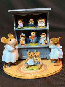 WEE FOREST FOLK RETIRED SPECIAL COLOR BLUE CURIO w/ ALL 7 RETIRED ANNETTES MINIS