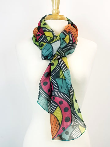 Foulard long imprimé Paisley contemporain multicolore.