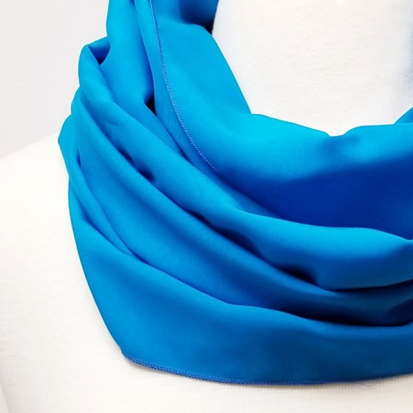 Foulard circulaire turquoise en douce rayonne