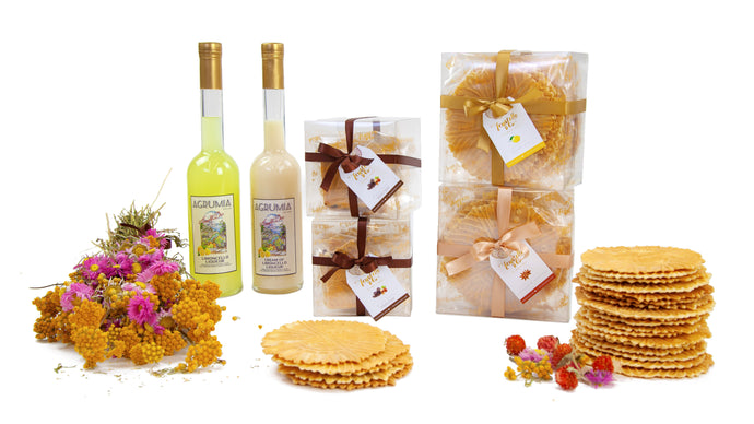 Boxes of ferratelle or pizzelle, plain and filled with chocolate and hazelnut spread, with two bottles of Agrumia liqueur