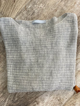 Load image into Gallery viewer, Vacker handvävd poncho I baby alpaca