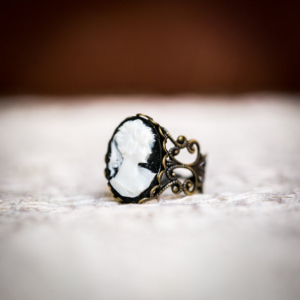 vintage cameo filagree ring, Classic Black with with White Cameo, side view