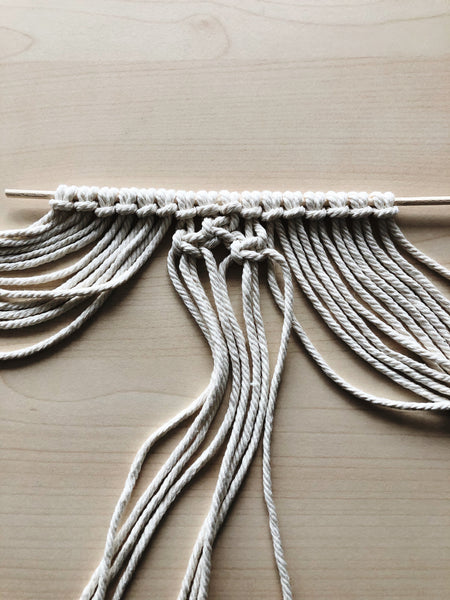 Suzu Papers - DIY macrame coasters as a gift idea. Children tinker and knot themselves